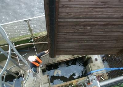 pose de batardeau sur centrale hydroélectrique en Mayenne